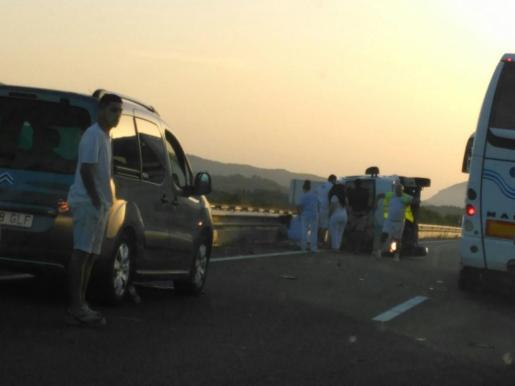 Imagen del vehículo volcado.