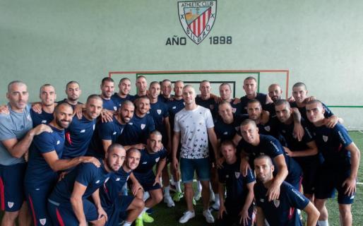 Los jugadores del Athletic, junto a su compañero Yeray.
