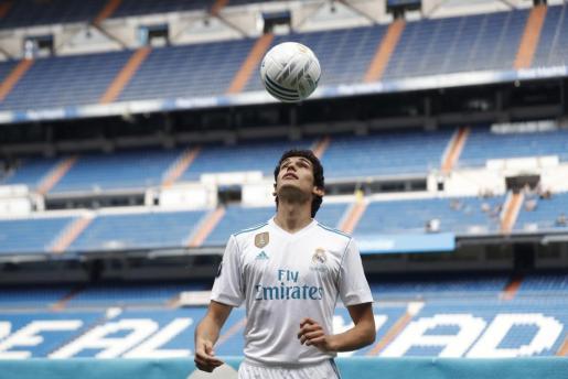 El joven central aragonés ha sido incorporado a la primera plantilla del Real Madrid.
