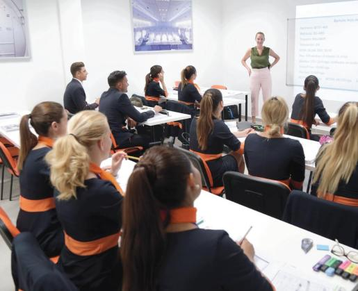 Los alumnos de Flycademy asisten a una de las clases del curso de Tripulante de Cabina de  Pasajeros.