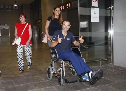 El ciclista del equipo Movistar, Alejandro Valverde, a su llegada al aeropuerto de Alicante-Elche tras abandonar el Tour de Francia lesionado en una caída.