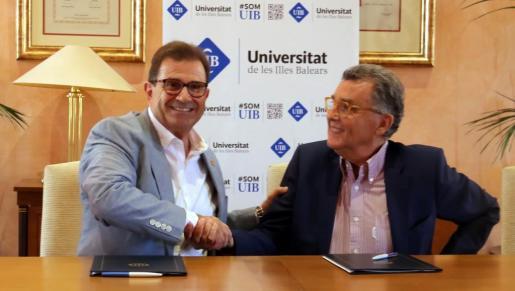 Llorenç Huguet (izq.) junto a Javier Cortés (der.) el pasado martes 4 de Julio como motivo de la creación del Premi Balears contra el Càncer.