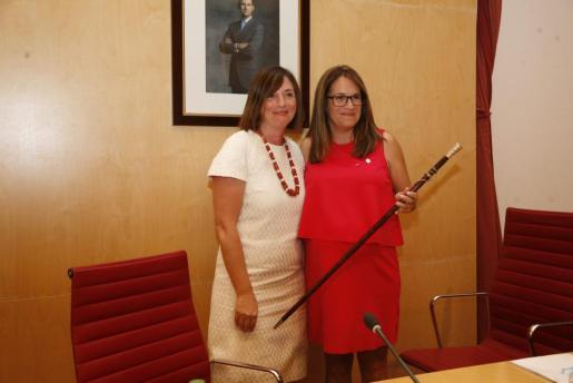 Mora, con la vara de mando, junto a su predecesora en el cargo, Maite Salord.