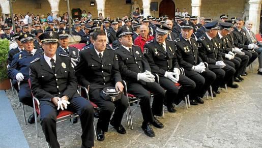 El comisario Miquel Pericás aparece el cuarto por la izquierda, tras el exintendente Vera, el comisario Morey y el comisario Cabellos. Toda la cúpula policial del cuartel de San Fernando fue descabezada a causa de las investigaciones judiciales y de motivaciones políticas.