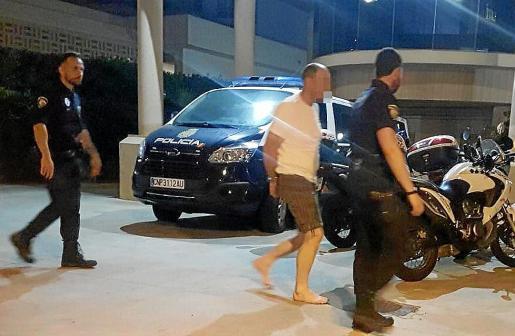 Momento en que la Policía Local traspasa al detenido a la Policía Nacional, que se ha hecho cargo de la investigación.