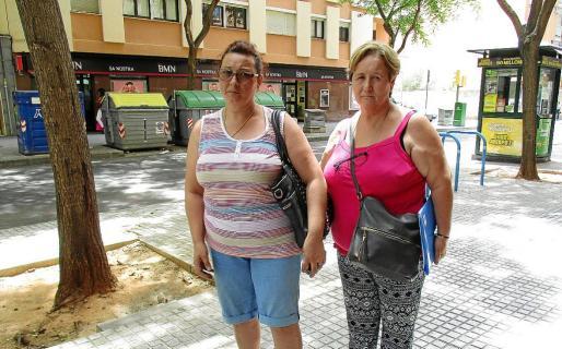 Marina Fernández y Antonia Pérez son vecinas de toda la vida de Son Gotleu y muestran su indignación por la situación de desamparo que sufren.