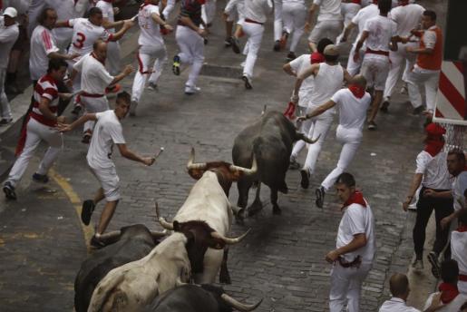 Los mozos corren delante de los toros de la ganadería de José Escolar, en el segundo encierro de los Sanfermines 2017.