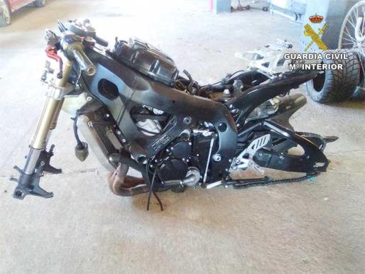 La moto se encontró medio desguazada y sin placas de matrícula.