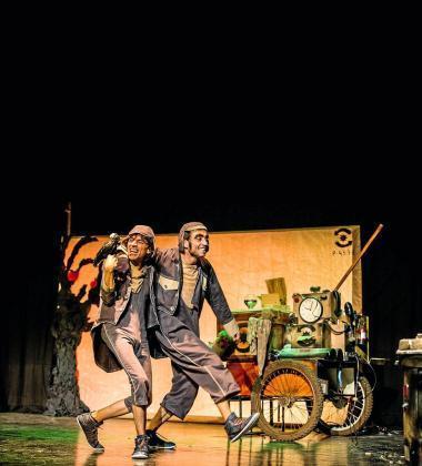 Una imagen promocional de una representación de la obra 'Fràgil', creada y protagonizada por Monma Mingot y David Novell.