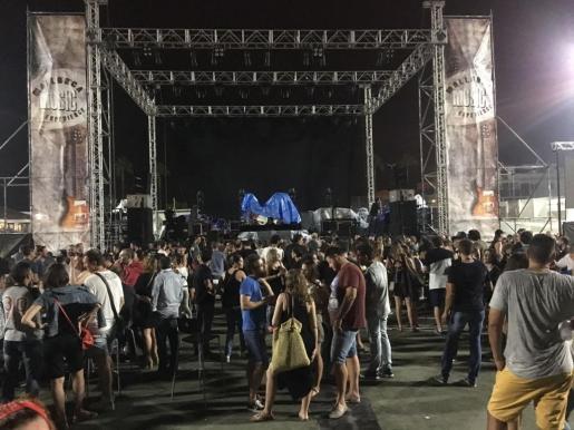 Momento de la suspensión del concierto de Loquillo, que se lleveba a cabo en Es Molí Nou de Vilafranca.