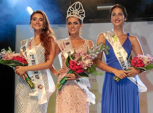 En la foto de la izquierda, Xisca Palmer, entre sus damas de honor, Elena Olalla y María Torres.