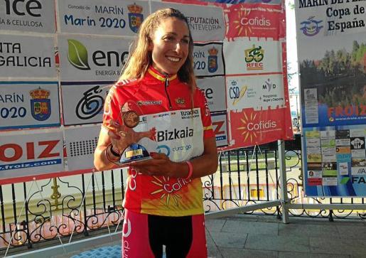 La ciclista mallorquina Mavi García muestra el trofeo como campeona de la Copa de España.