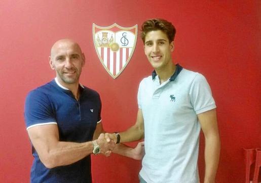 Alberto Villapalos, a la derecha, estrecha la mano con Monchi durante su etapa como jugador del Sevilla.