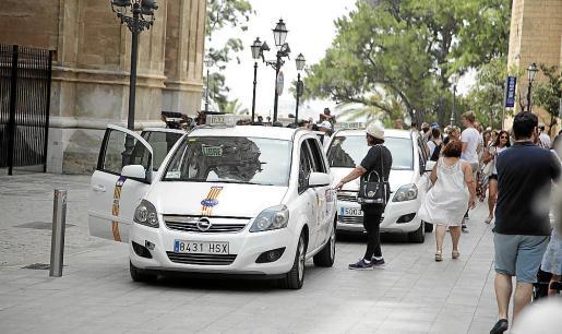 Los taxis, realizando una de sus paradas turísticas frente a la Catedral.