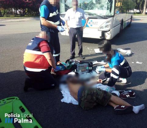 Los servicios sanitarios antendiendo al motorista herido tras el accidente de tráfico.