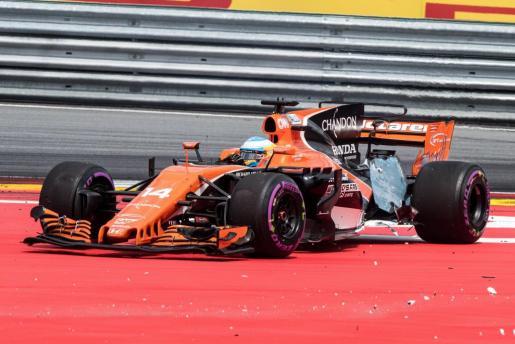El español Fernando Alonso, de McLaren, tras el golpe durante el Gran Premio de Austria de Fórmula 1.