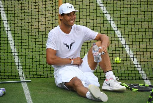 El español Rafael NAdal, durante un descanso en un entrenamiento en Wimbledon.