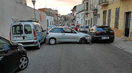 El vehículo del detenido quedó encajado entre dos aparcados.