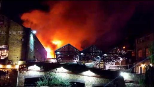 Las llamas del incendio que ha arrasado un edificio de Camden.