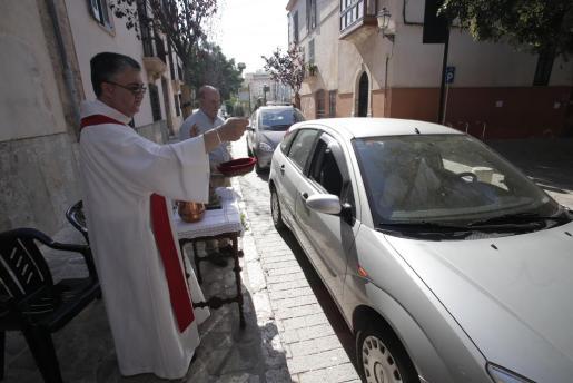 Un momento de la bendición de automóviles.