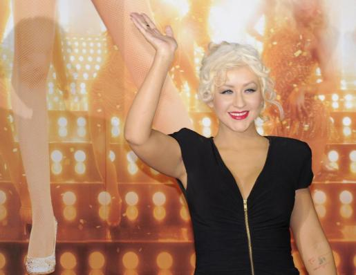 La cantante estadounidense, Christina Aguilera, posa en la alfombra roja durante su llegada al estreno de la cinta 'Burlesque', el martes 07 de diciembre de 2010.