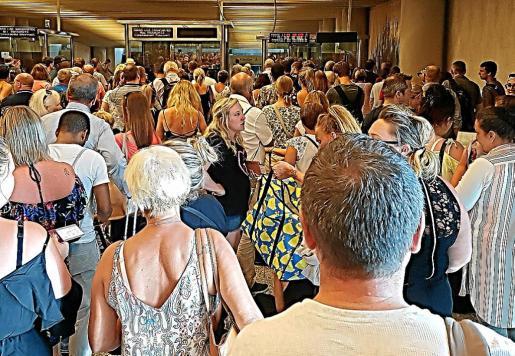 Las colas durante el sábado y el domingo en la zona de control de pasaportes del aeropuerto de Palma superaron todas las previsiones al coincidir en la misma hora varios vuelos con origen y destino al Reino Unido.