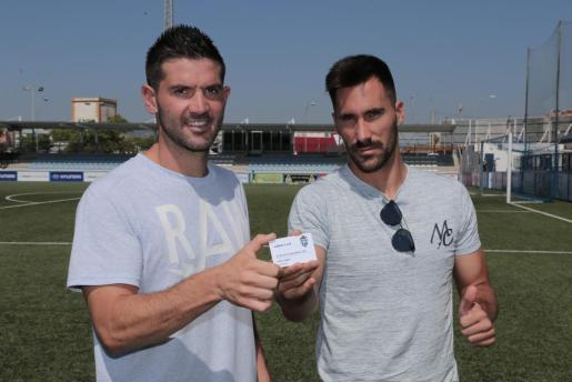 Los futbolistas del primer equipo del Atlètic Balears, Biel Guasp y Xisco Hernández, muestran uno de los carnets de abonados para la temporada 2017/18.