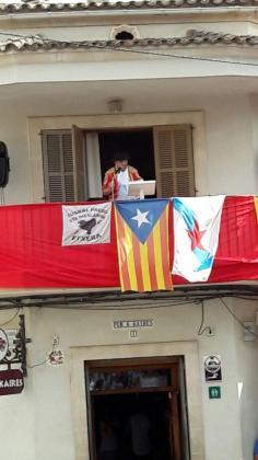 Momento del pregón de la fiesta desde el balcón donde colgaban las banderas de la polémica.