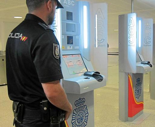 AENA-Palma ha adquirido 20 nuevos equipos de verificación de pasaportes para agilizar los trámites, pero se necesitan refuerzos policiales para evitar las colas pese a los nuevos dispositivos ABC System.