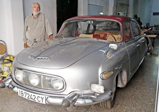 Pedro Alomar, junto a su Tatra 603 de 1960 fabricado en Checoslovaquia y que compró en 1995.