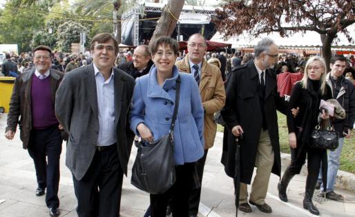 Francesc Antich en el mercado con otros miembros del Govern.