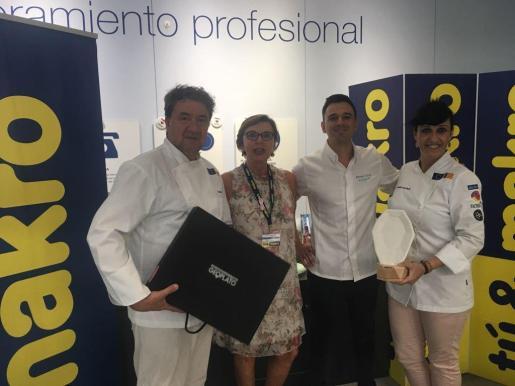 La chef María Salinas entrega el Geoplato a Álvaro Salazar