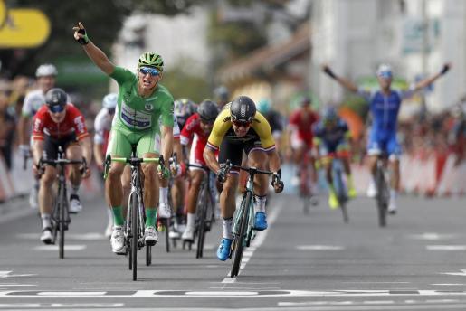 El ciclista alemán Marcel Kittel (i) del uick Step Floors celebra su victoria en la 11ª etapa del Tour de Francia entre las localidades de Eymet y Pau.