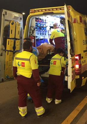 Imagen facilitada por la Comunidad de Madrid del traslado de uno de los heridos al hospital Puerta de Hierro.