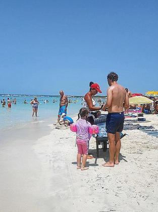 Distintos vendedores ambulantes se reparten la playa de es Trenc.