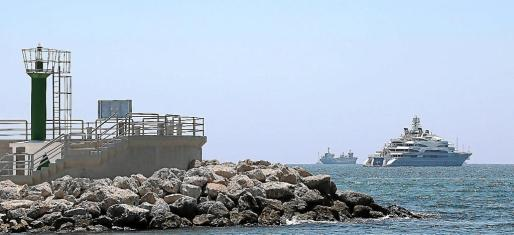 Las dimensiones del megayate, con 140 metros de eslora, destacan en aguas de la bahía de Palma.