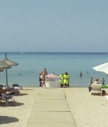 Fallece un hombre de 83 años al salir del agua en la Playa de Palma. n