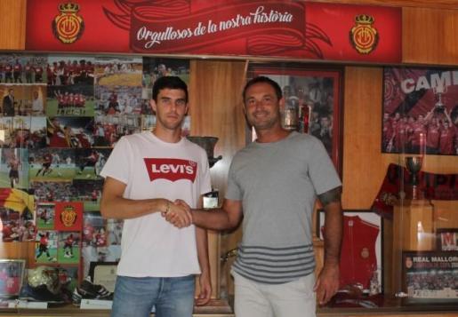 El nuevo jugador del Real Mallorca, Néstor Salinas, estrecha la mano del director deportivo del club, Javier Recio.