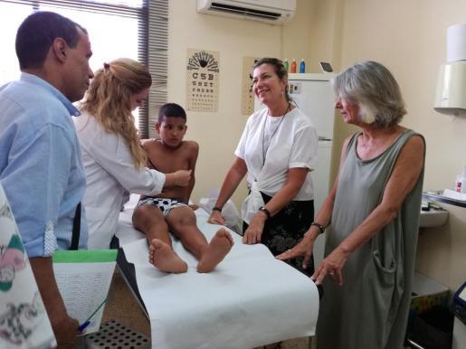 Los pequeños saharauis del programa 'Vacances en Pau' visitan al médico.