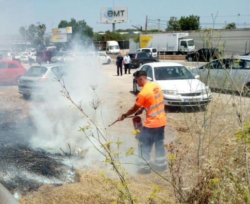 Personal de una ambulancia sofoca con un extintor el incendio frente a las cocheras de la EMT.