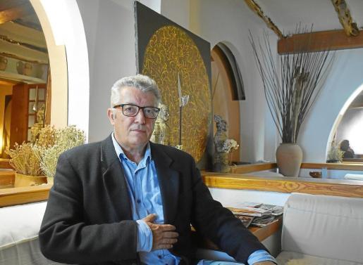 El Doctor Federico Cuevas fotografiado en su consulta de Vila.