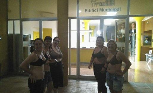 La regidora de la CUP, Dayana Santiago y miembros del colectivo feminista F de Figa en sujetador frente al Ayuntamiento de Deltebre