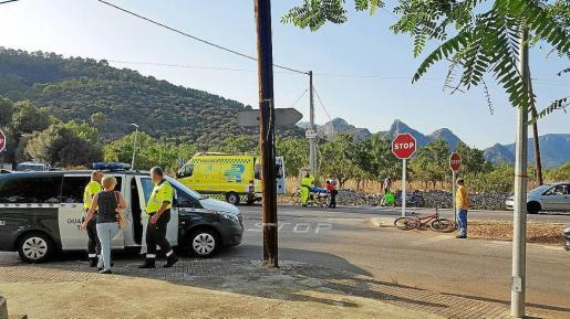 Los sanitarios de la ambulancia se disponen a trasladar al ciclista en presencia de la Guardia Civil.