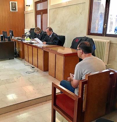 El acusado, en el banquillo de la Audiencia.