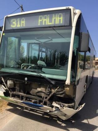 Un vehículo colisiona contra un autobús de la EMT.
