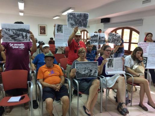 El público exhibe imágenes del Crucero Baleares durante la Comisión de Patrimonio.