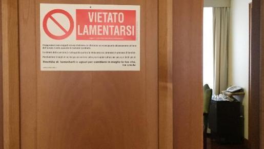 Cartel del Papa en la puerta de su habitación.