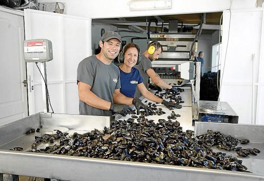 Paco González y Pilar Pons, seleccionando las piezas.