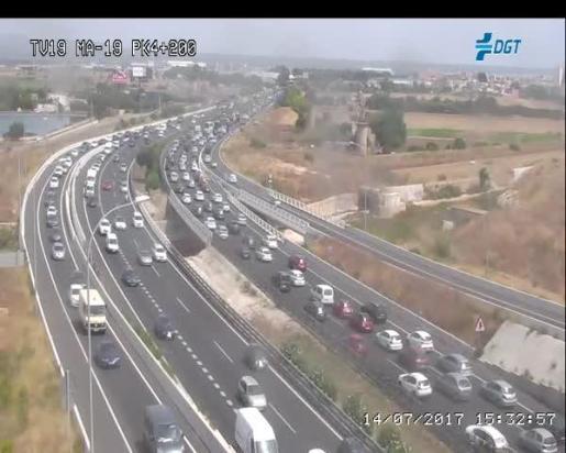 Un choque entre dos vehículos provoca un gran atasco en la autopista del aeropuerto.