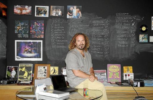 Miki Jaume, en su despacho de Trui Espectacles, donde se puede observar una pizarra con todo el programa de eventos de este verano.